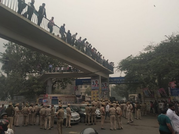 A scuffle broke out between the Delhi Police personnel and lawyers at Tis Hazari Court in New Delhi on Saturday. Photo/ANI