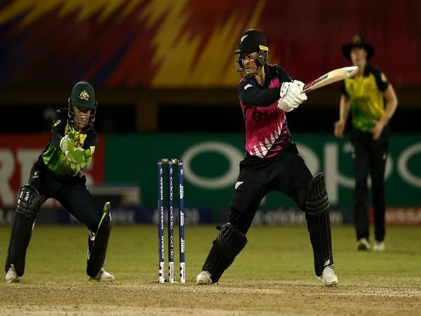 New Zealand's Suzie Bates bats with Australia's Alyssa Healy looking (Photo/ICC)