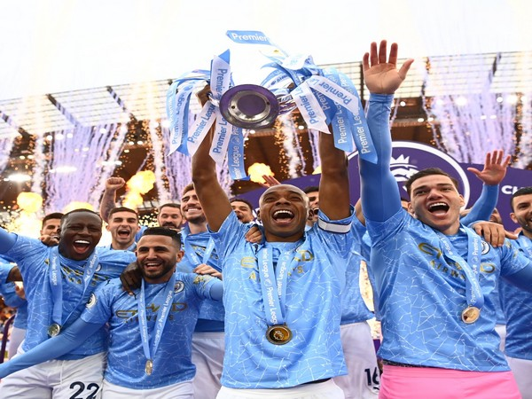 Manchester City players with the Premier League trophy. (Photo/ Fernandinho twitter)