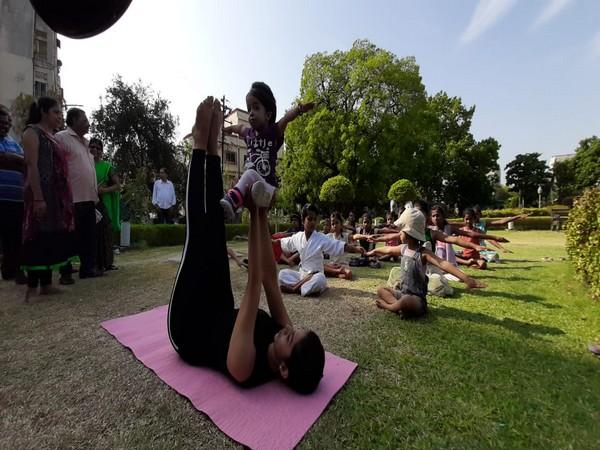 World's smallest woman Jyoti Amge performs yoga with internatinal yoga practitioner Dhanashree Lekurwale. [Photo/ANI]