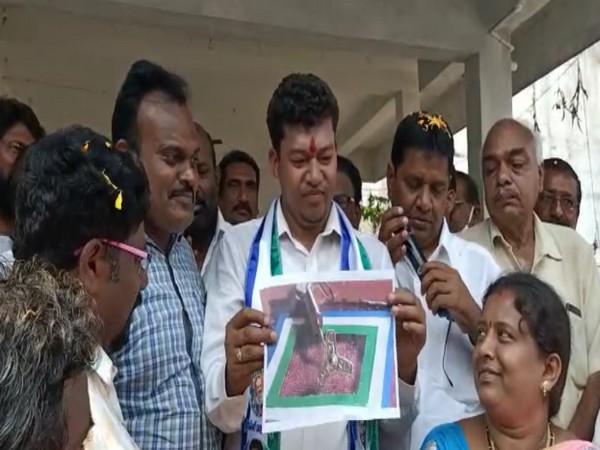 "Minister Seediri Appalaraju presenting  the ""golden fan"" created by artist Kothapalli Ramesh Achari. (Photo/ANI)"