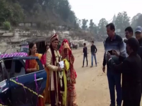 Newly-married couple in Bokaro to cast vote for Bermo Assembly constituency on Thursday. Photo/ANI
