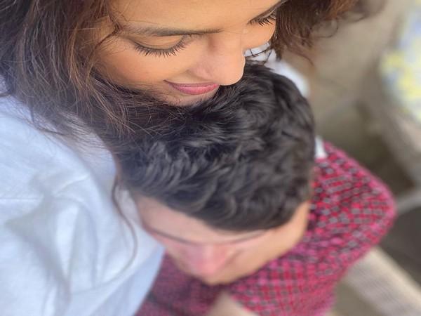 Nick Jonas sleeping in Priyanka's arms (Image source: Instagram)