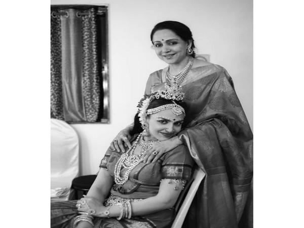 Esha Deol with mother Hema Malini (Image source: Instagram)