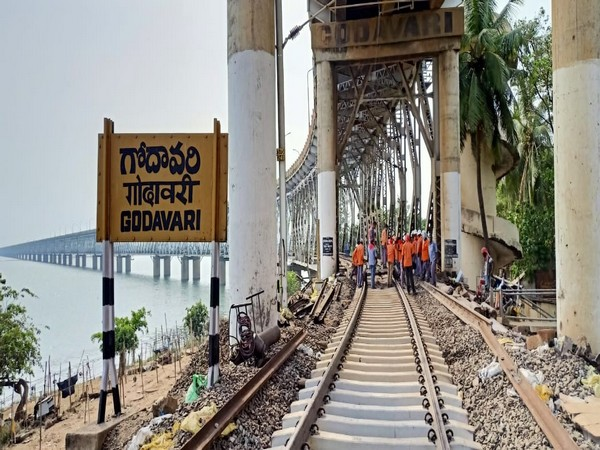SCR undertook mega-maintenance of the rail cum road bridge across river Godavari.