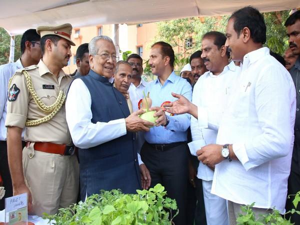Andhra Pradesh Governor Biswa Bhusan Harichandan visited an exhibition of organic farming products in Vijayawada on Friday. Photo/ANI
