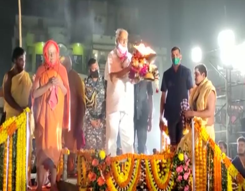 Odisha Governor Ganeshi Lal accompanied by Govardhan Peeth Shankaracharya Swami Nischalananda Saraswati, performs Tirtharaj Mahodadhi arti at Puri beach. [Photo/ANI]