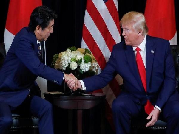 Japanese Prime Minister Shinzo Abe (L) and US President Donald Trump (R)