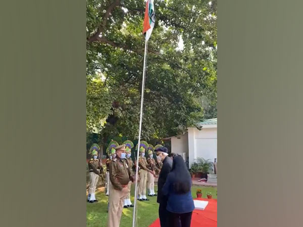 Lal Krishna Advani unfurls tricolor at his residence on 72nd Republic Day. [Photo/ANI]