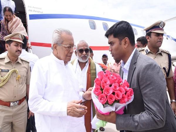 Andhra Pradesh Governor Biswabhushan Harichandan being welcomed at Tirupati by officials. Photo/ANI