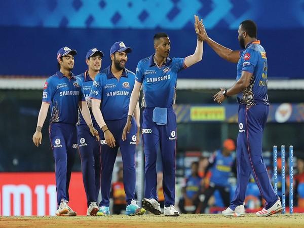 Hardik Pandya with Mumbai Indians teammates. (Photo/ Hardik Pandya twitter)