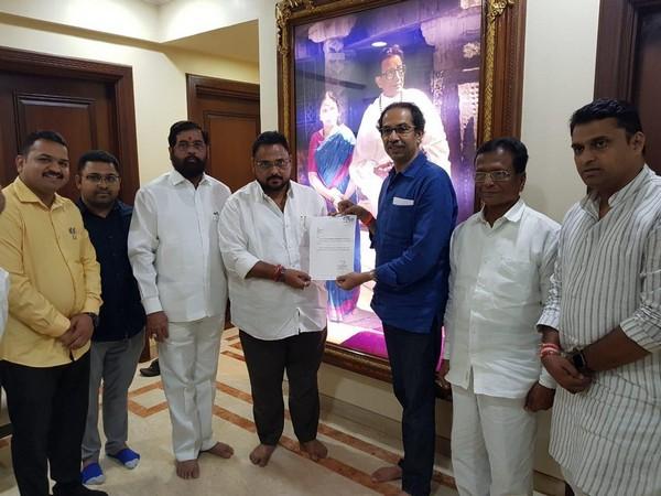 Independent MLA Rajendra Patil Yadravkar with Shiv Sena chief Uddhav Thackeray. Photo/ANI