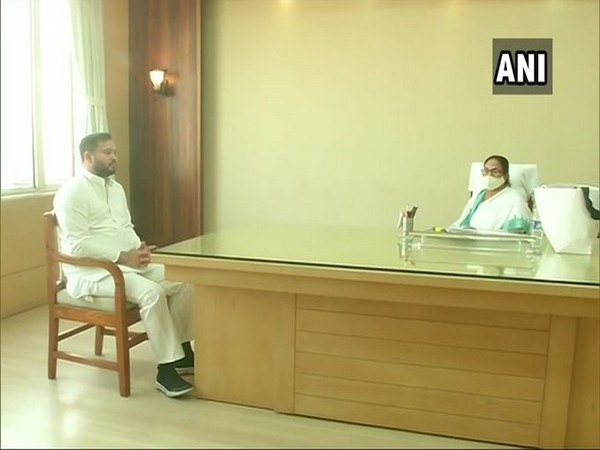 Tejashwi Yadav meets Mamata Banerjee in Howrah on Monday. [Photo/ANI]