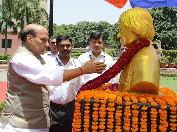 Defence Minister Rajnath Singh paying tribute to former President APJ Abdul Kalam along with DRDO chairman G Satheesh Reddy at DRDO headquarters, New Delhi on Friday