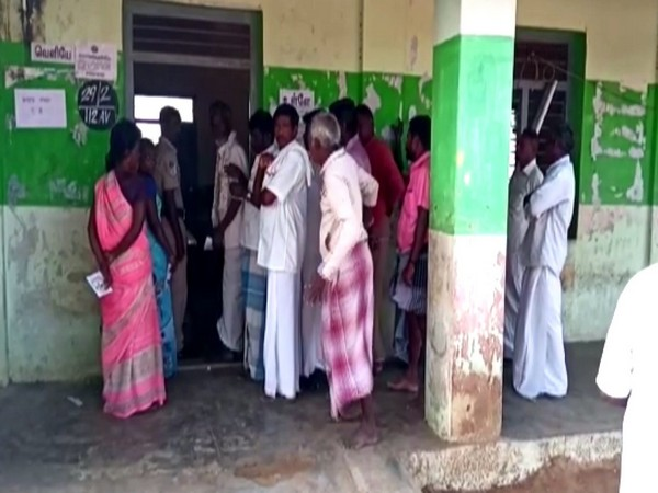 People standing in queue to vote in Tmail Nadu on Monday (File photo)