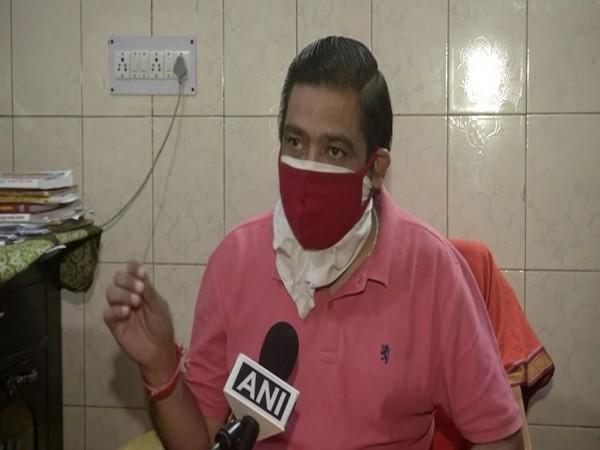 Ghazipur crematorium chief pandit and cremation manager Sunil Sharma speaking to ANI. [Photo/ANI]