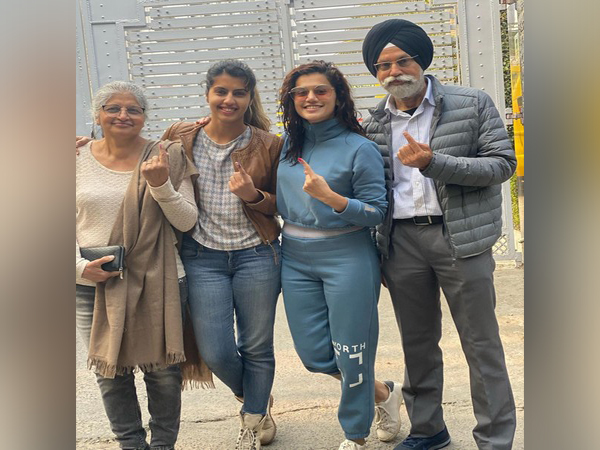 Actor Taapsee Pannu with her family in New Delhi (Image courtesy: Instagram)