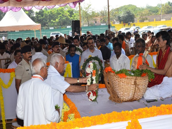 Karnataka Chief Minister BS Yediyurappa paying tributes to Vishwesha Teertha Swami on Sunday. Photo/ANI