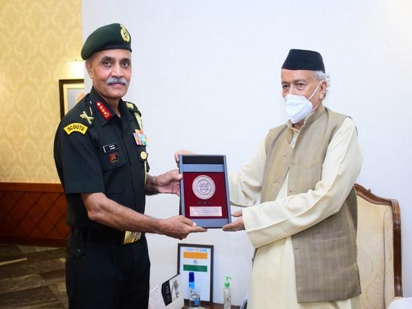 Lt Gen JS Nain, Southern Army Commander meets Governor Koshyari on his Mumbai visit (Photo/ANI)