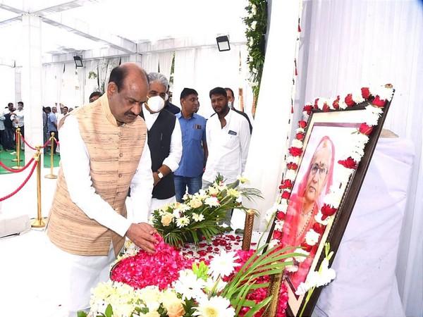 LS Speaker Om Birla paying tribute to Gajendra Shekhawat's mother. (Photo/ @ombirlakota)