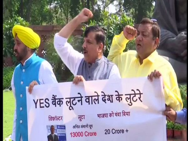 Aam Aadmi Party (AAP) leaders on Wednesday protested inside Parliament premises over the Yes Bank crisis. Photo/ANI