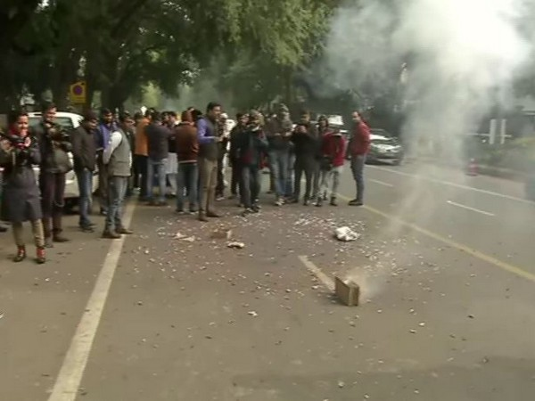 Congress workers celebrating outside AICC office on Monday [Photo/ANI]