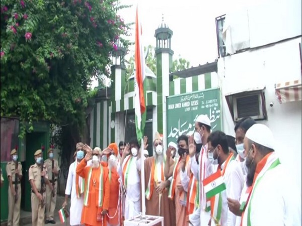Religious leaders came together to hoist flag on the occasion of Independence Day in Delhi. (Photo/ANI)