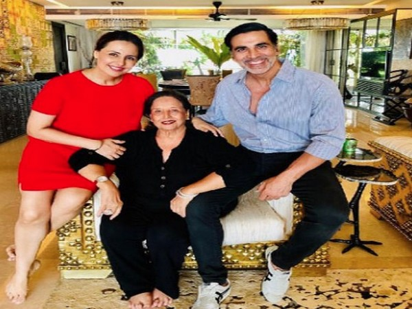 Akshay Kumar with his late mother and sister (Image source: Instagram)