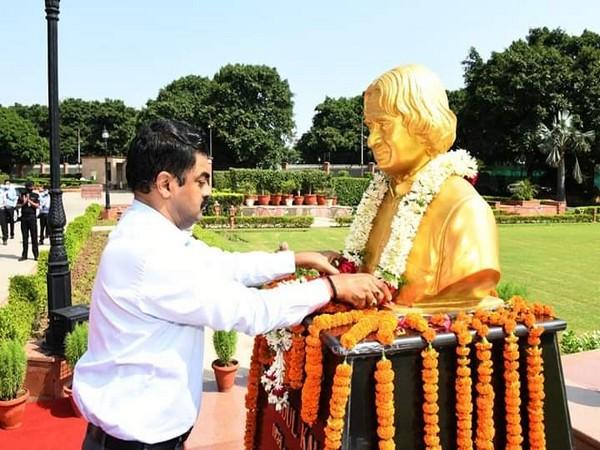 Dr G Satheesh Reddy pays tributes to Dr APJ Abdul Kalam at the DRDO Bhawan. (Photo: ANI)