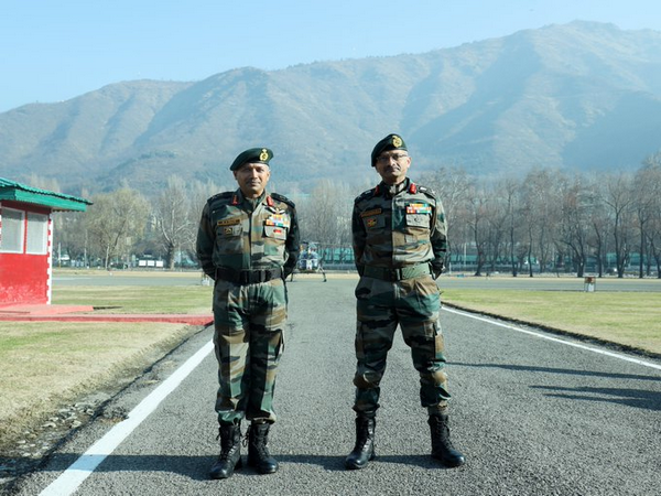 Lieutenant General MV Suchindra Kumar, General Officer Commanding of the 16 Corps, on Thursday paid a visit to Chinar Corps. (Photo Credit: Chinar Corps Twitter)