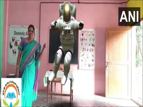 Teacher at a Kerala school using augmented reality. (Photo/ANI)