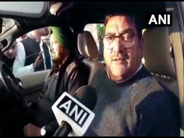 Haryana: Indian National Lok Dal (INLD) Abhay Chautala met farmers protesting at Masani Barrage at Delhi-Jaipur Highway in Rewari earlier today. (Photo/ANI)