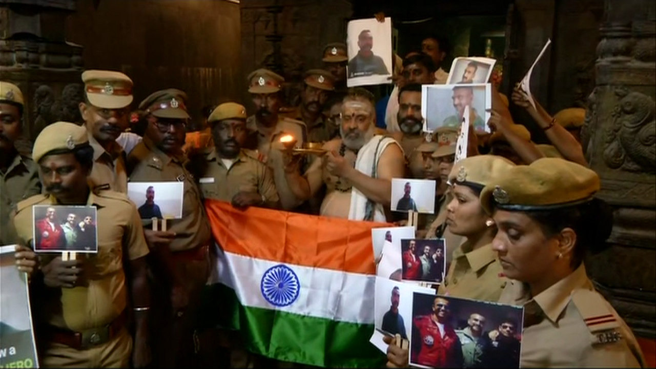 Police personnel gathered in Chennai to pray for Indian pilot Wing Commander Abhinandan Varthaman. Photo/ANI