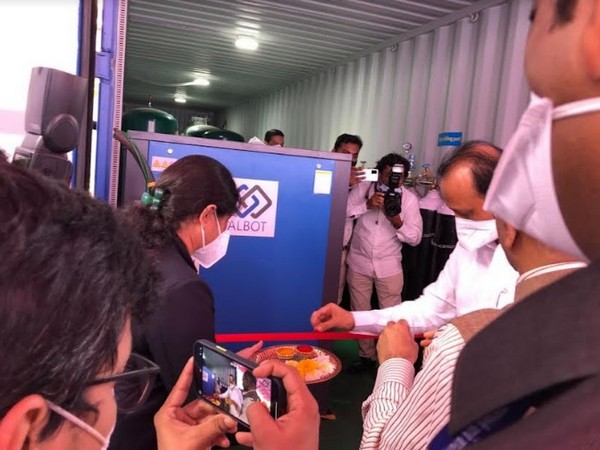 Ajitdada Pawar cuts the ribbon on Albot Technologies' O2 Plant