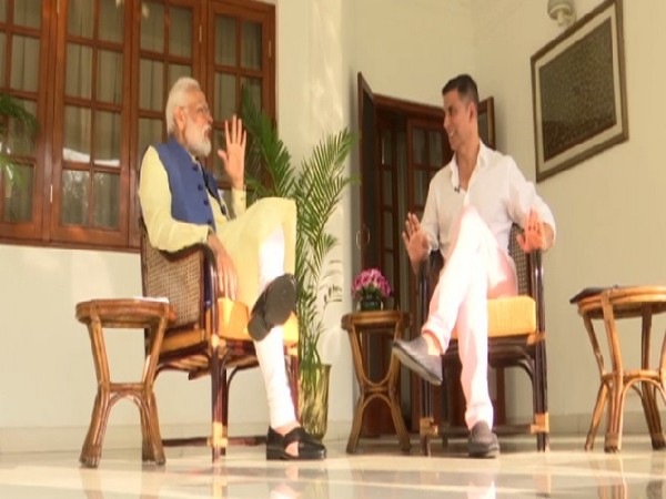 Prime Minister Narendra Modi interacting with Bollywood actor Akshay Kumar In New Delhi on Wednesday Photo/ANI.