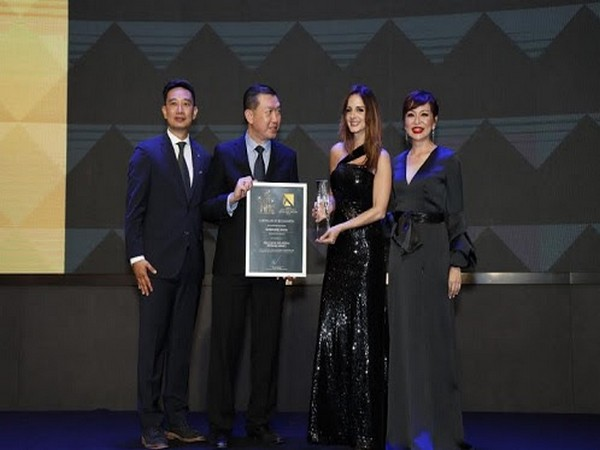 Alvin Chang, CEO of ACG MEDIA, Chan, General Manager of ACER Malaysia presenting the award to Sussanne Khan
