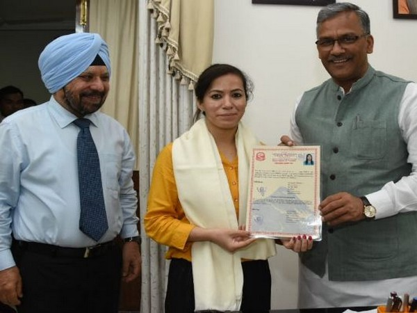 Uttrakhand Chief Minister Trivendra Singh Rawat meets Mount Everest climber Ameesha Chauhan on Saturday. Photo/ANI