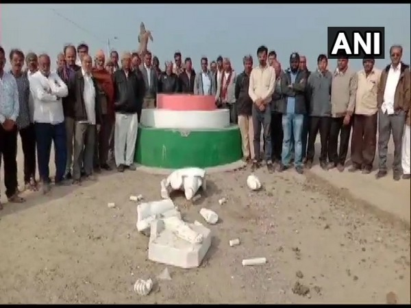 Visual from the spot where Mahatma Gandhi's statue was vandalised in Gujarat's Amreli district. Photo/ANI