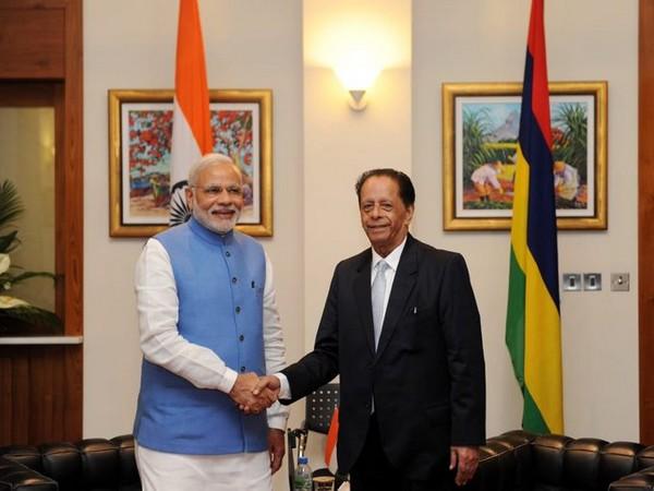 Prime Minister Narendra Modi with late former Mauritius President Anerood Jugnauth (Source: PM Modi/Twitter)