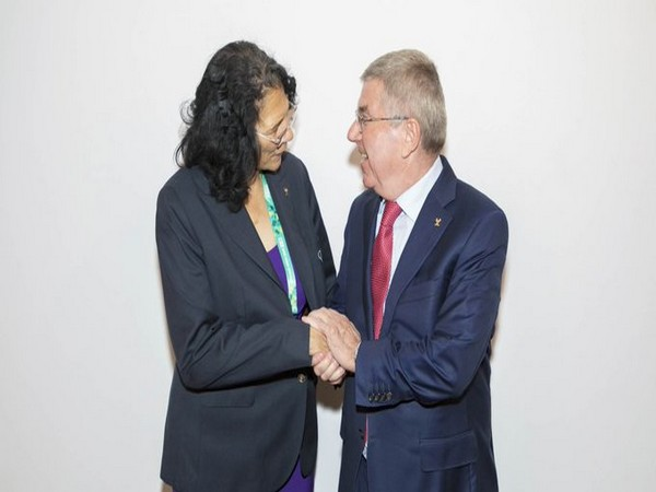Anita DeFrantz (L) and Thomas Bach (R) (Photo/IOC Media Twitter)