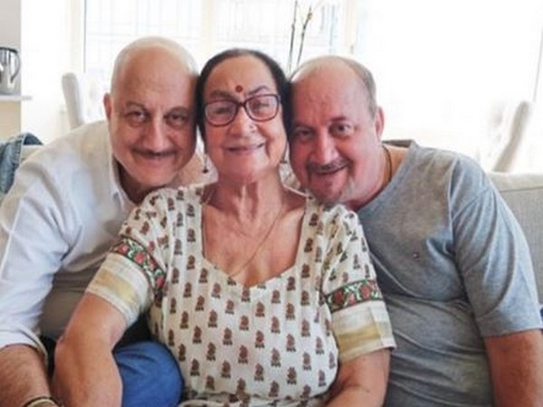 Anupam Kher with his mother and brother (Image courtesy: Twitter)