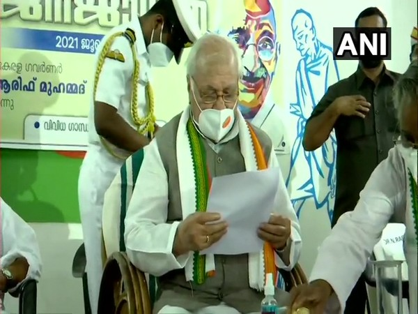 Kerala Governor Arif Mohammed Khan, who is observing a day-long 'fast against dowry' joins a prayer meeting in Thiruvananthapuram. (Photo/ANI)