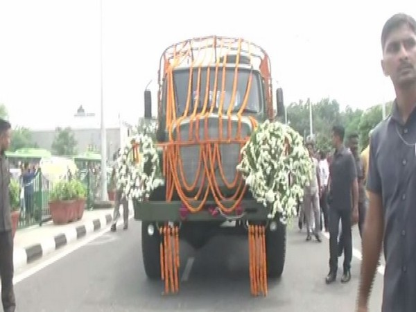 Mortal remains of former Union Finance Minister Arun Jaitley being taken to Nigambodh Ghat for cremation. Photo/ANI