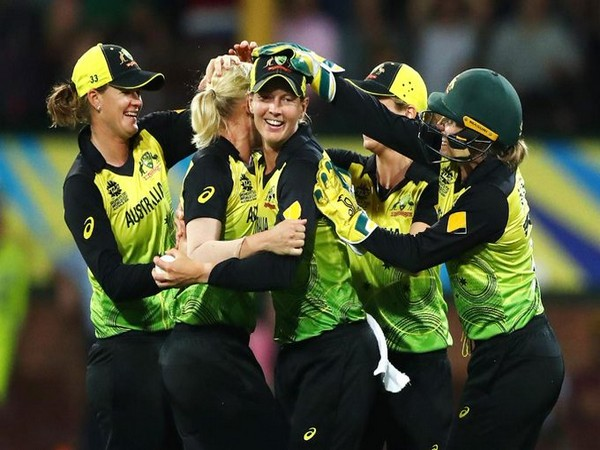 Australian side celebrating after beating Proteas by 5-run in the semifinal. (Photo/T20 World Cup Twitter)