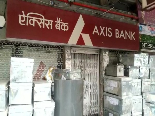Visuals outsite the bank (Photo/ANI)