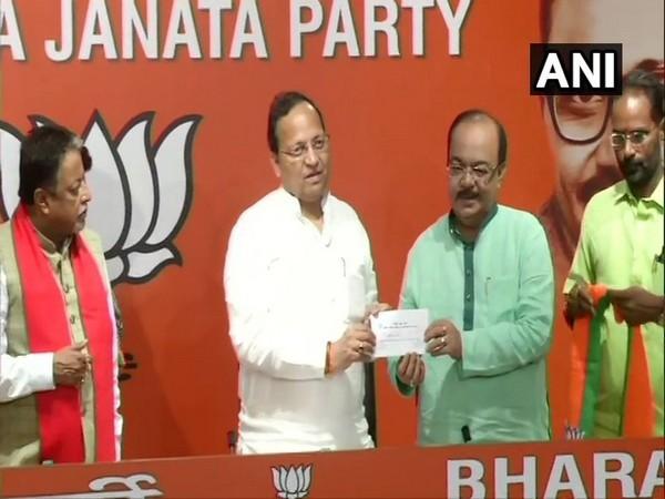 BJP General Secretary Arun Singh inducting Sovan Chatterjee into BJP on Wednesday. Photo/ANI