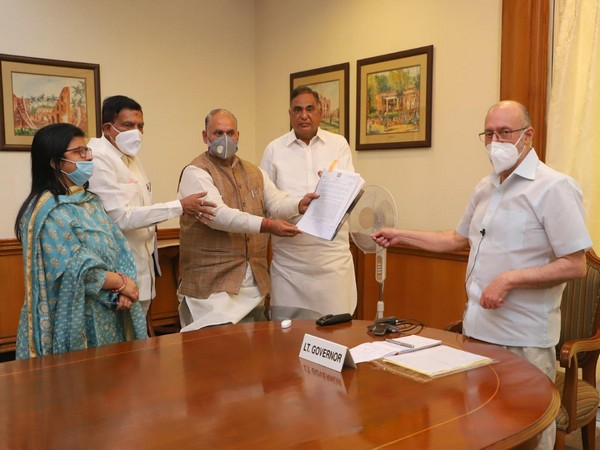 BJP MLAs, mayors meet Delhi Lt. Governor Anil Baijal to submit memorandum over pending dues of Municipa Corporations on Wednesday. Photo/Twitter/BJP