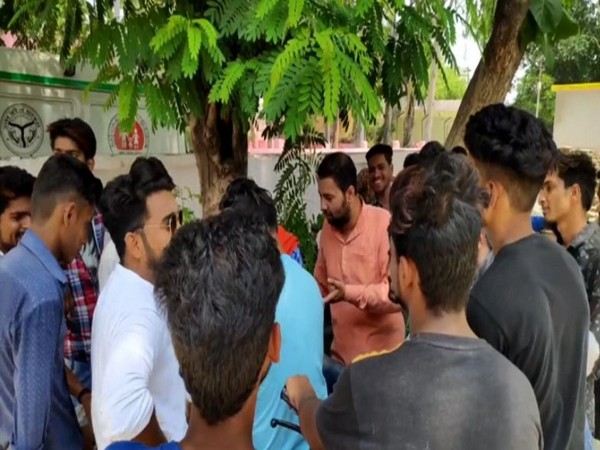 Bajrang Dal workers gathered at police station