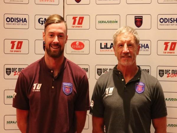 Odisha FC head coach Stuart Baxter with defender Jacob Tratt