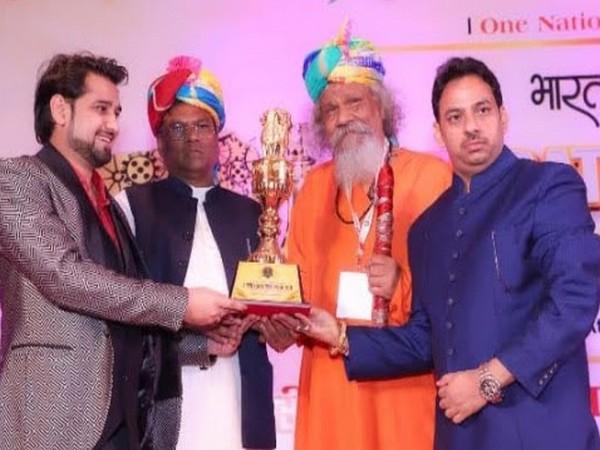 Faggan Singh Kulaste (Minister of State Steel, Govt. of India) and Sandesh Yadav, General Secretary, Bharat Gaurav Awards giving away awards at Hotel Taj Palace, Delhi